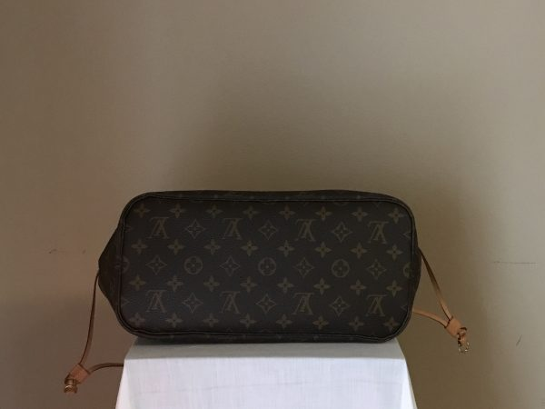Louis-Vuitton-Neverfull-bottom